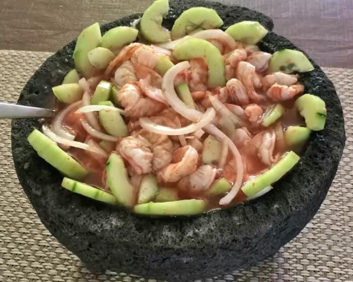 Aguachile de camarón en molcajete