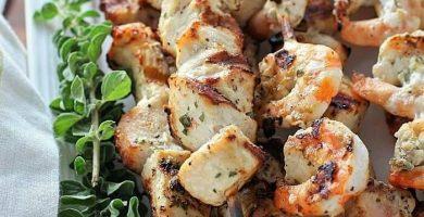 brochetas de camarón y pollo
