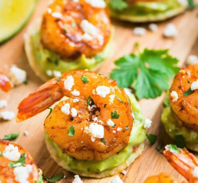 canapés de camarones con guacamole