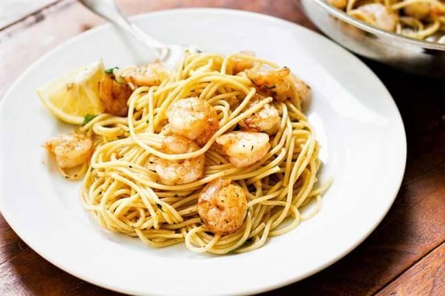 espagueti con camarones a la mantequilla