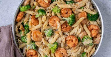 pasta alfredo con camarones y brocoli